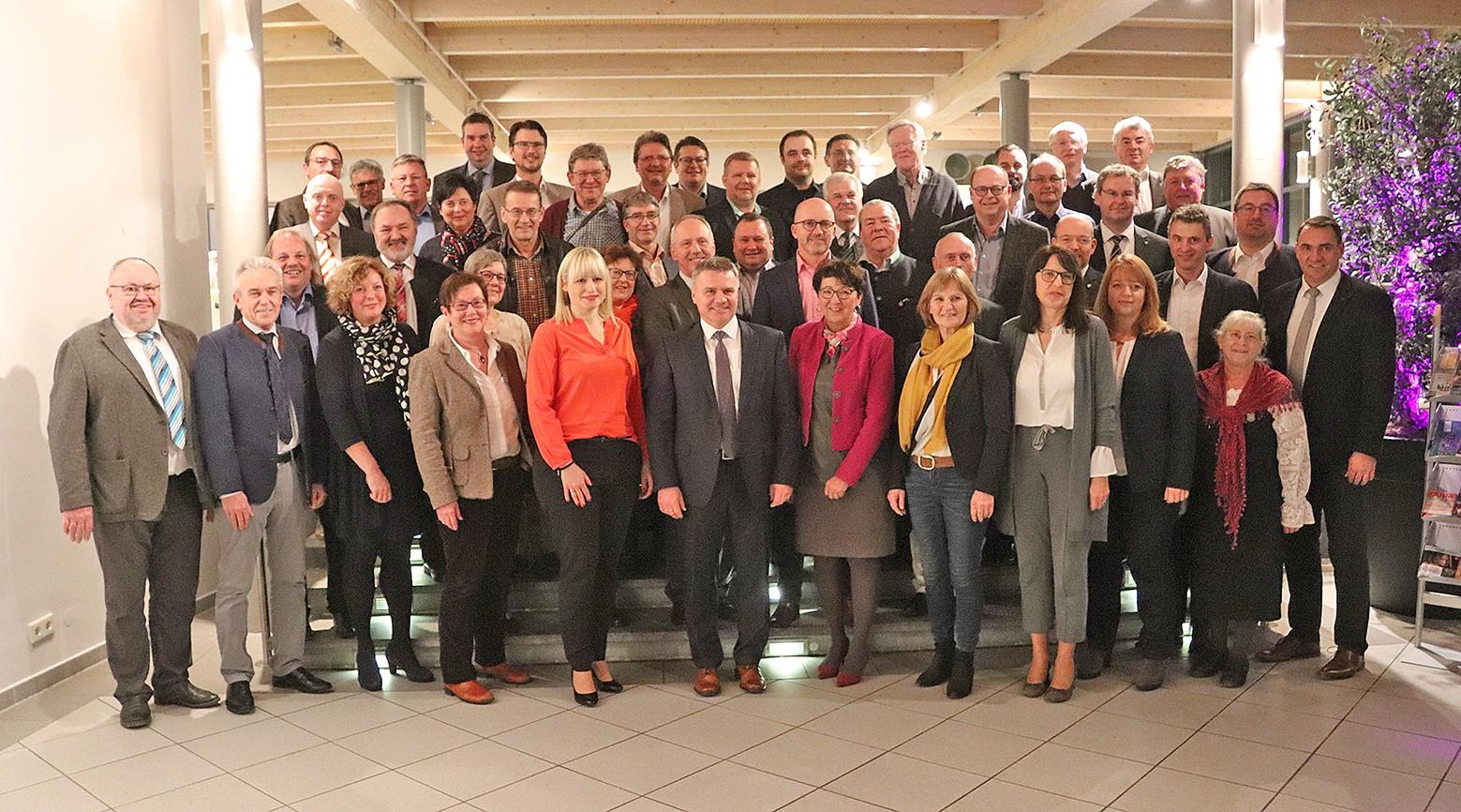 Landrat Peter Dreier und die Kandidaten der Freien Wähler für den Kreistag bei der Auftaktveranstaltung in Ergolding